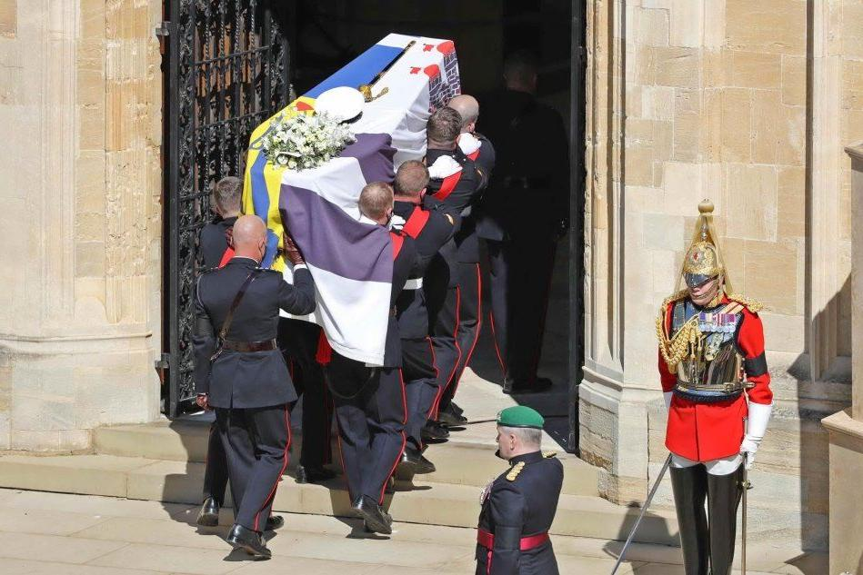 L'addio solenne al principe Filippo: la Regina sola e commossa, i nipoti finalmente vicini