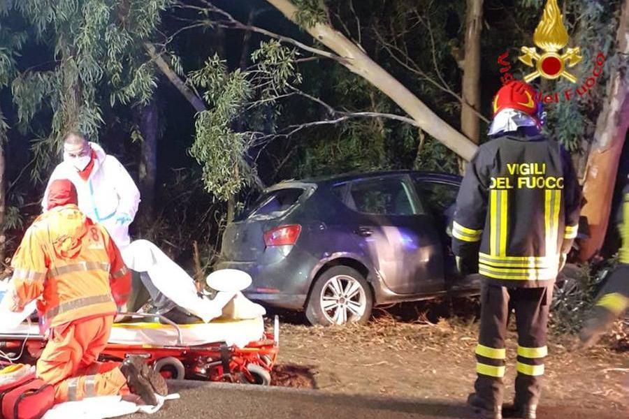 Schianto a Siniscola, due feriti estratti dalle lamiere dell'auto
