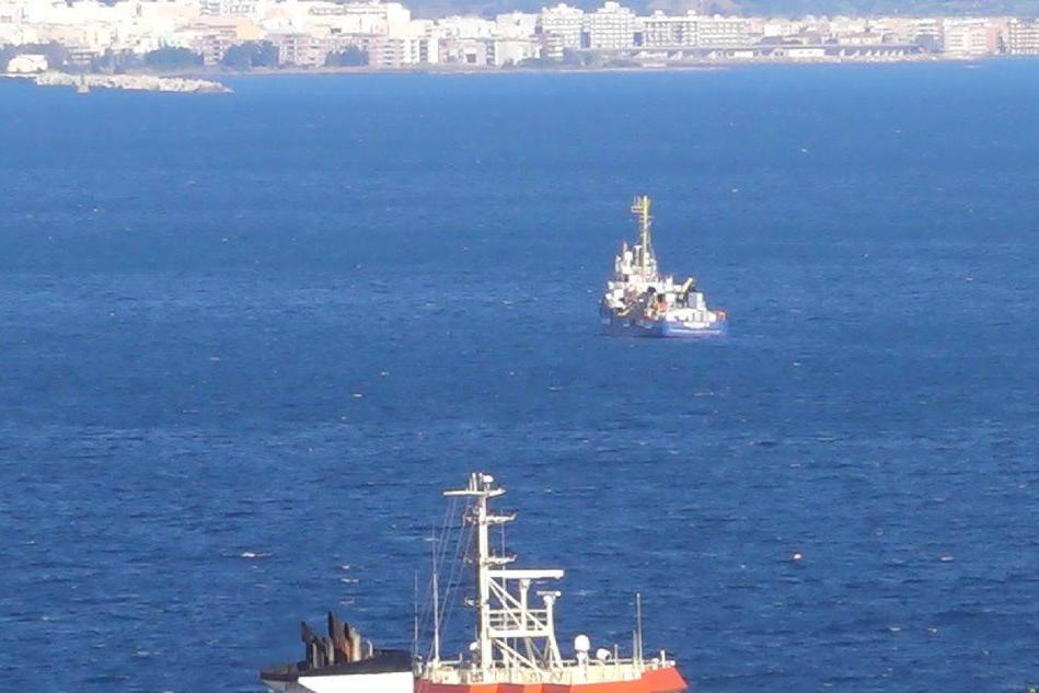 Sea Watch resta in attesa in rada a Siracusa
