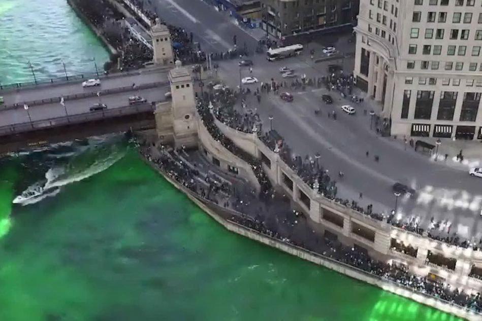 San Patrizio, il fiume Chicago si tinge di verde