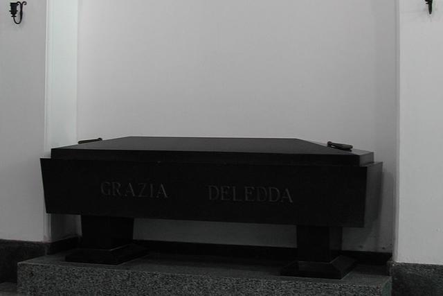 La sua tomba nella chiesa della Solitudine a Nuoro