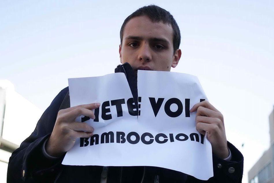 Una manifestazione studentesca contro l'allora ministro Padoa Schioppa, che fu molto criticato per aver utilizzato il termine bamboccioni (Ansa)