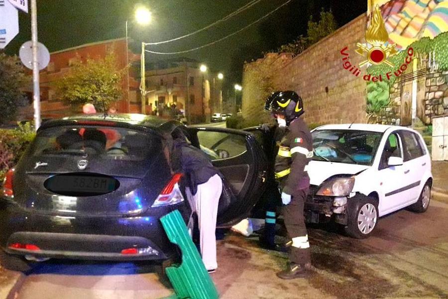 Scontro tra due macchine a Nuoro, due 24enni incastrate nell'abitacolo