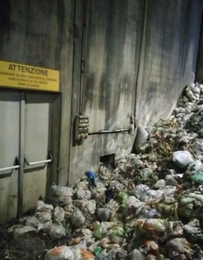 Il cumulo di rifiuti sulle porte di emergenza e sotto le centraline elettriche (L'Unione Sarda)