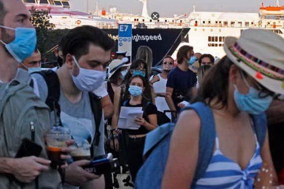 Turisti in Grecia (foto Ansa/Epa)