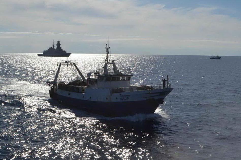 Pescatori italiani liberati in Libia, il ritorno con la scorta della fregata militare