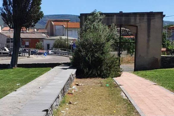 Uras, raid vandalico nella chiesa di Sant'Antonio: appiccato rogo nel cortile