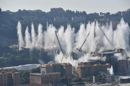 La demolizione di quel che resta del ponte (le foto sono Ansa)