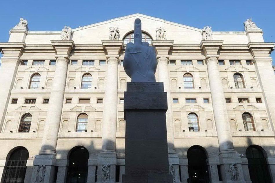 Borsa: Milano chiude in rosso, exploit di Tim