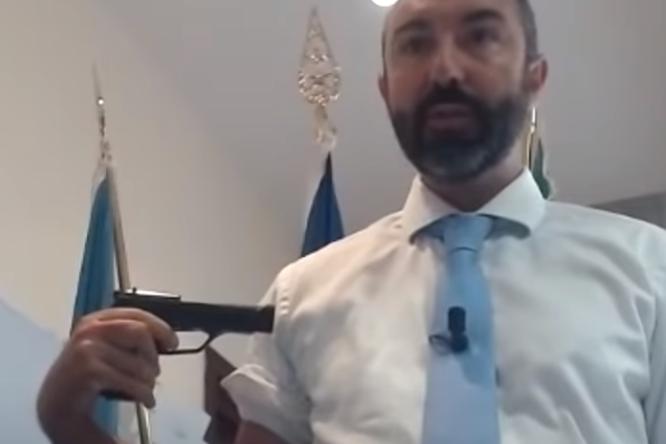 Davide Barillari con la pistola in Consiglio regionale (foto Twitter)