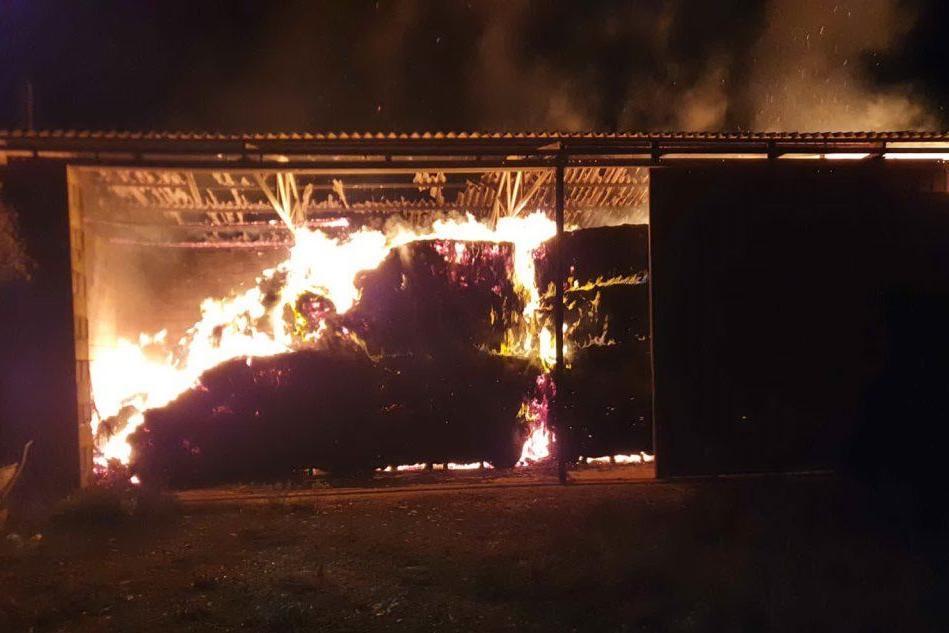 Monastir, incendio in un'azienda agricola: distrutto il fienile