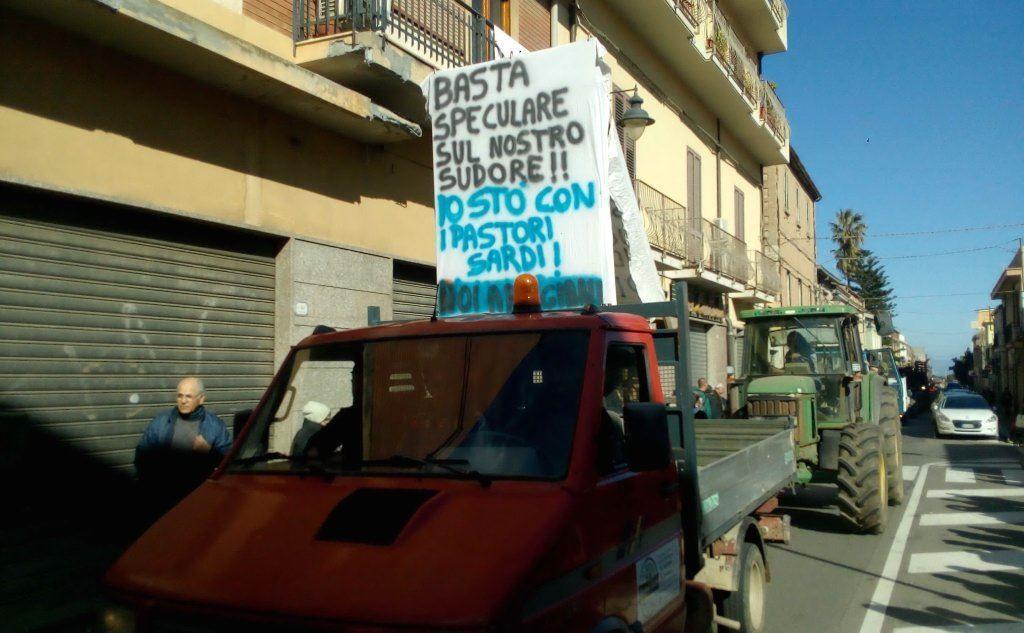 Striscioni a Gonnosfanadiga (L'Unione Sarda - Cazzaniga)