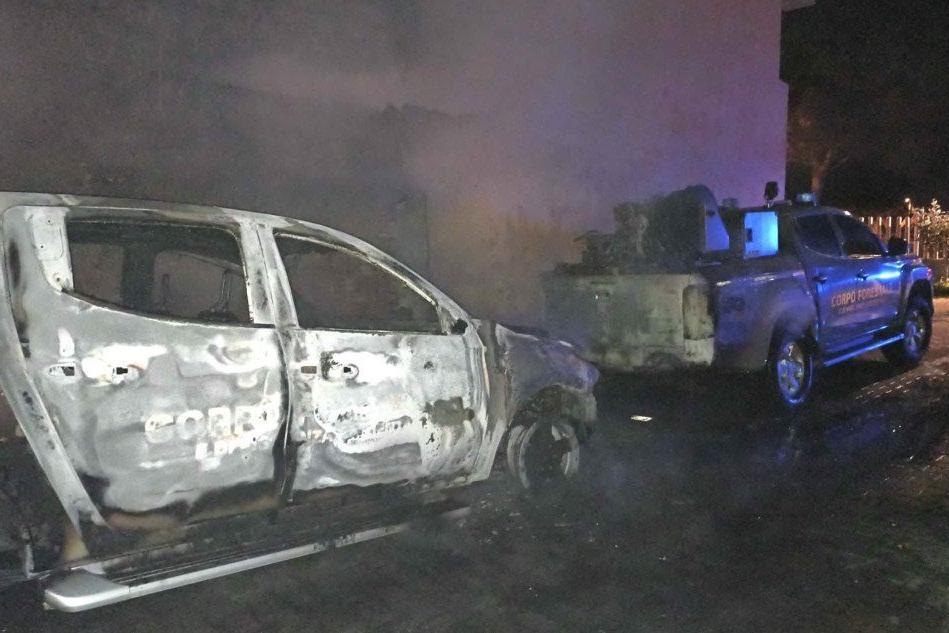 Sant'Antioco, incendiati tre pick-up e un'imbarcazione