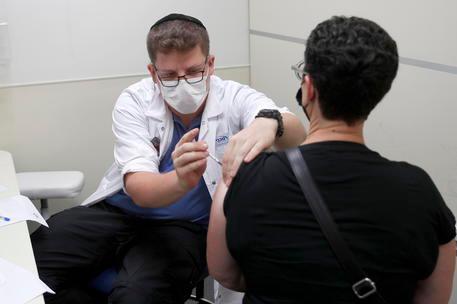 In Israele la terza dose funziona, efficacia del vaccino Pfizer al 95%