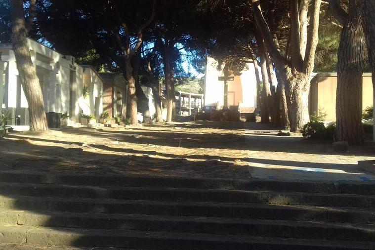 Carbonia, operazioni di riordino al cimitero