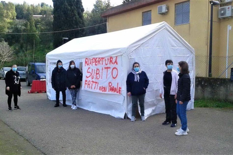 """Fluminimaggiore, protestano gli ex lavoratori della casa famiglia """"Il Girasole"""""""
