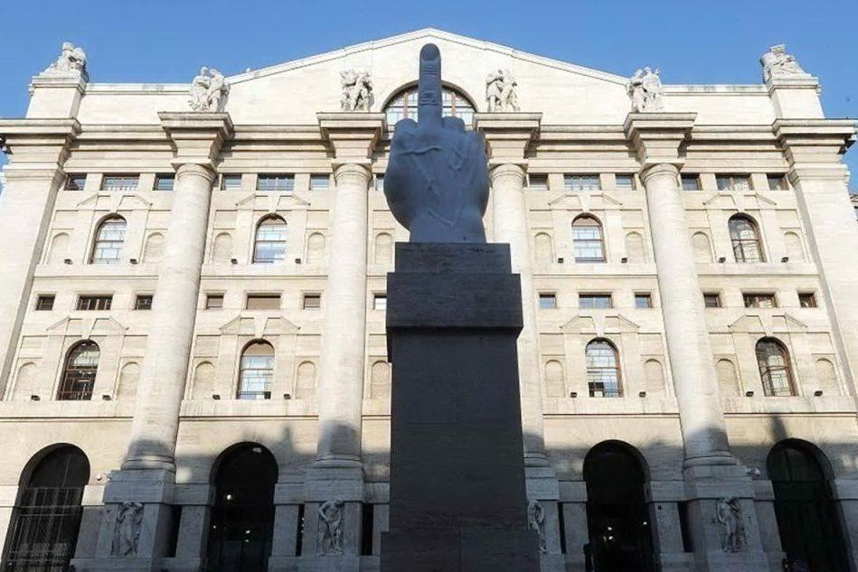 Borsa, Piazza Affari chiude a +1,5%. Spread a 239 punti