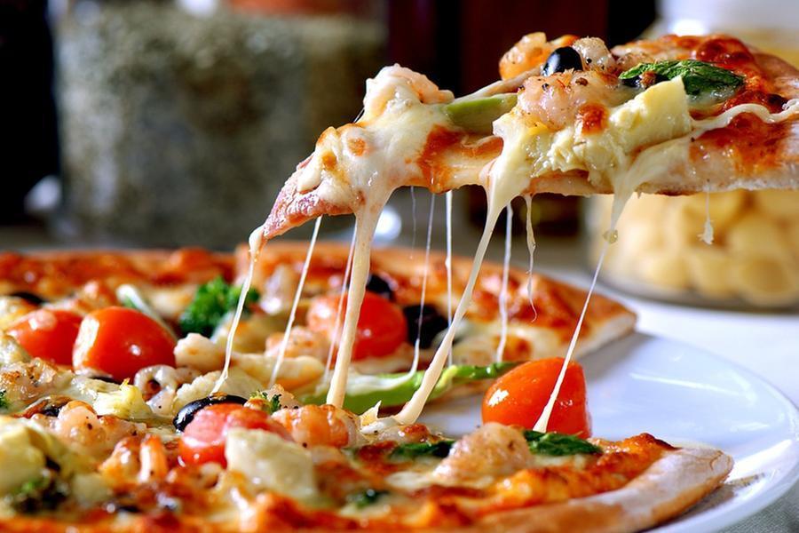 Un boccone di pizza gli va di traverso:uomo muore soffocato. Tragedia dal panettiere