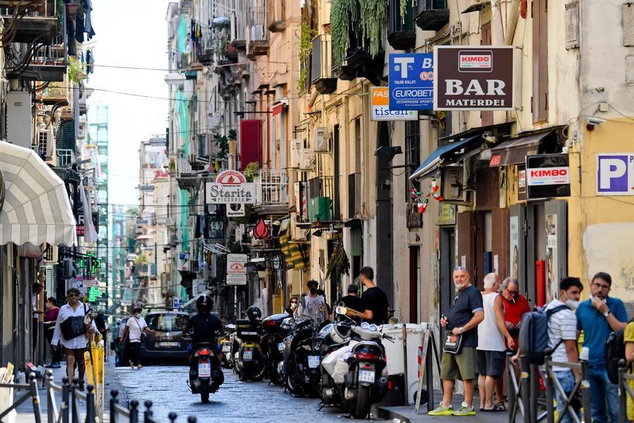La tabaccheria di via Materdei a Napoli dove, secondo l'accusa della Procura, Gaetano Scutellaro avrebbe sottratto il\u00A0biglietto vincente (Ansa)