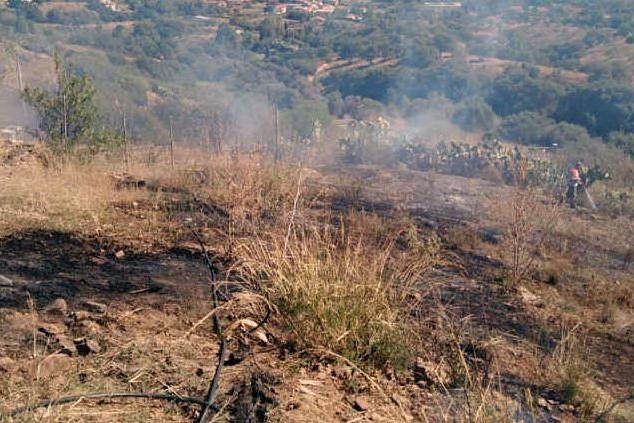 Le operazioni di bonifica nell'area percorsa dall'incendio (foto L'Unione Sarda - Pintori)
