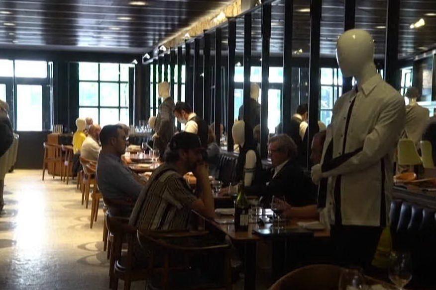 Manichini ai tavoli del ristorante per il distanziamento sociale