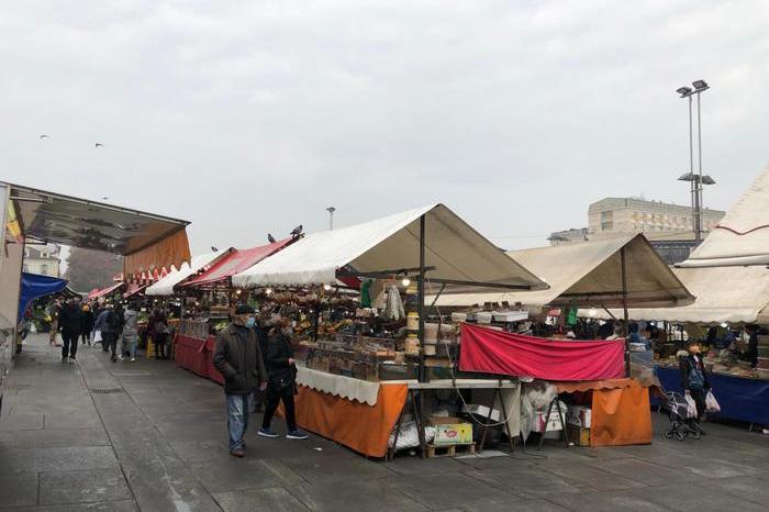 Accoltellato in piazza mercato, ferite mortali