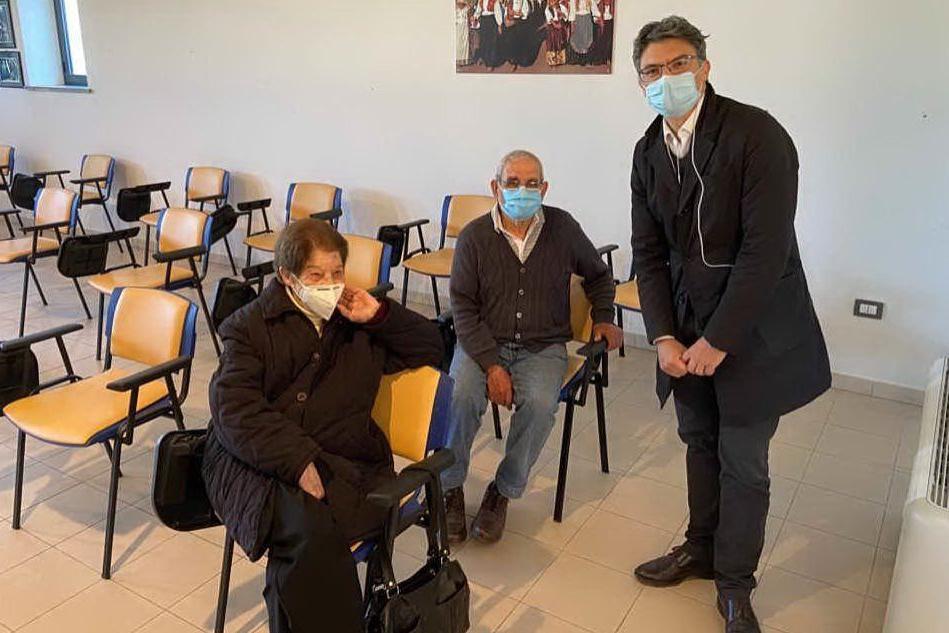 Il sindaco con due anziani dopo il vaccino (Foto Comune di Cabras)