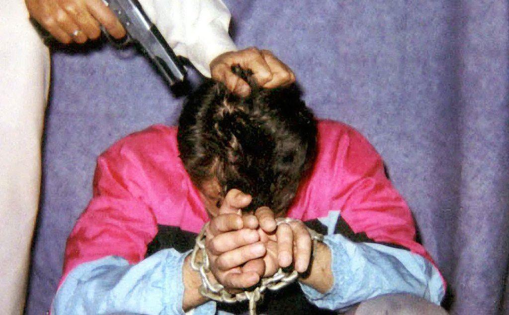 Un'immagine del reporter incatenato diffusa dai sequestratori