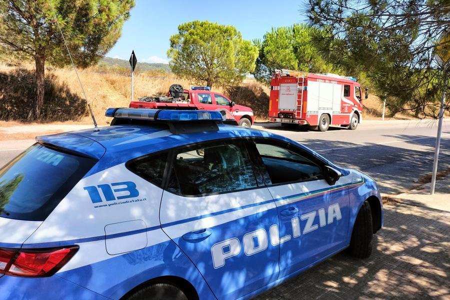 Carbonia: fiamme tra i pini in via del Minatore, intervengono Vigili del fuoco e Polizia