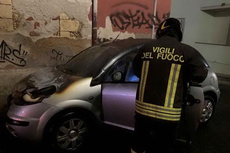 Paura a Porto Torres, in fiamme l'auto di una ragazza