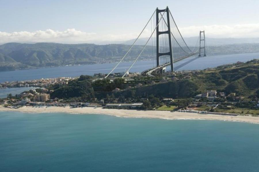 Una elaborazione grafica del progetto definitivo del ponte sullo Stretto di Messina, tratto dal sito www.projectmate.com.\u00A0 (Ansa)