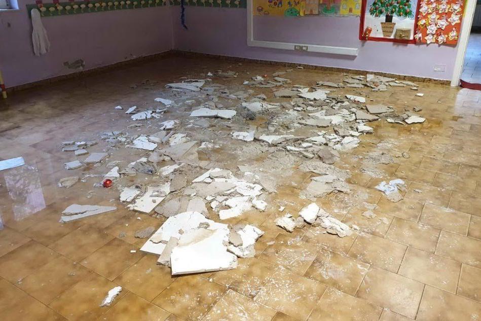 Il soffitto crollato (foto L'Unione Sarda - Calvi)