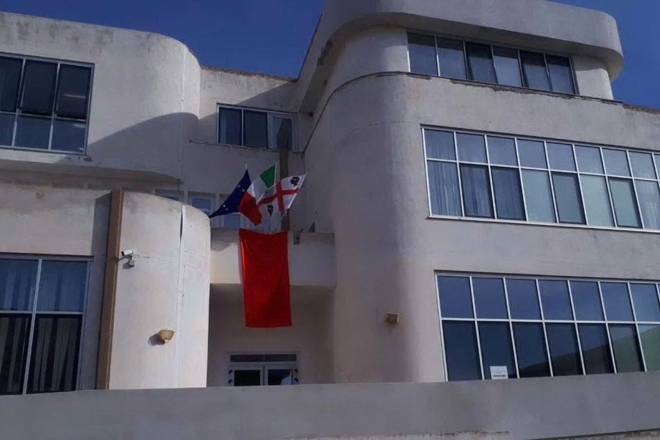Sinnai, violenza sulle donne: un drappo rosso in Municipio