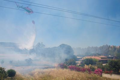 Carbonia nel mirino degli incendiari
