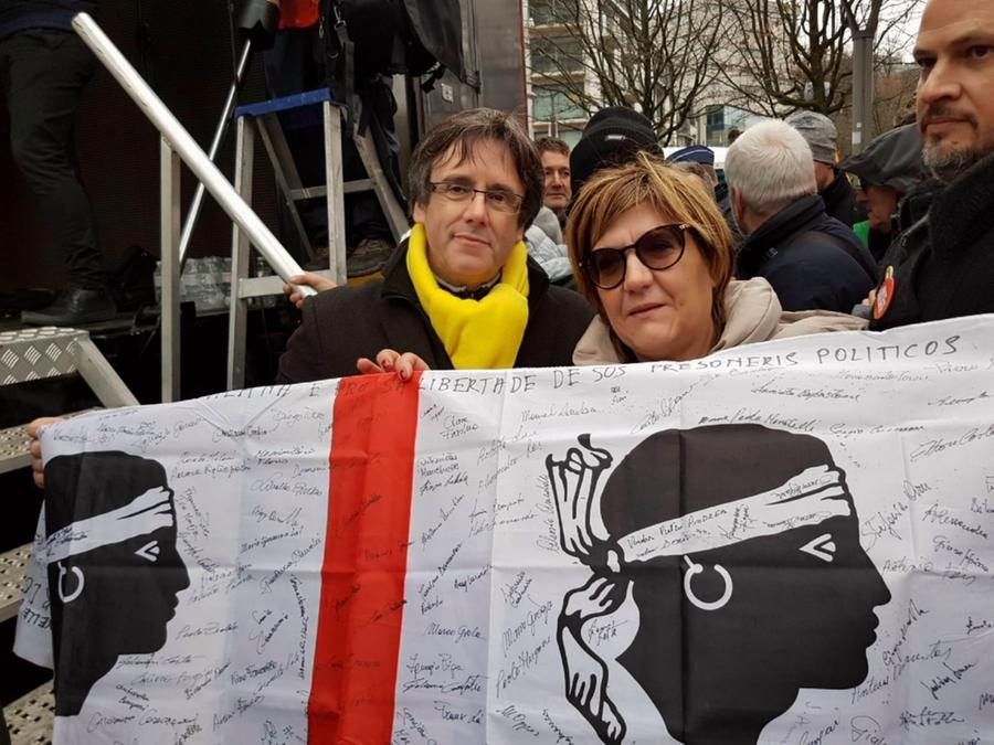 Puigdemont con alcuni indipendentisti sardi nel 2017 (Archivio L'Unione Sarda)