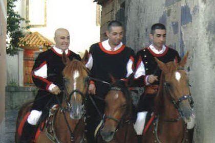 Macomer, attesa per la sfilata dei cavalieri in costume sardo