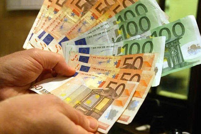 Mendicante trova un borsello con settemila euro e lo restituisce al proprietario