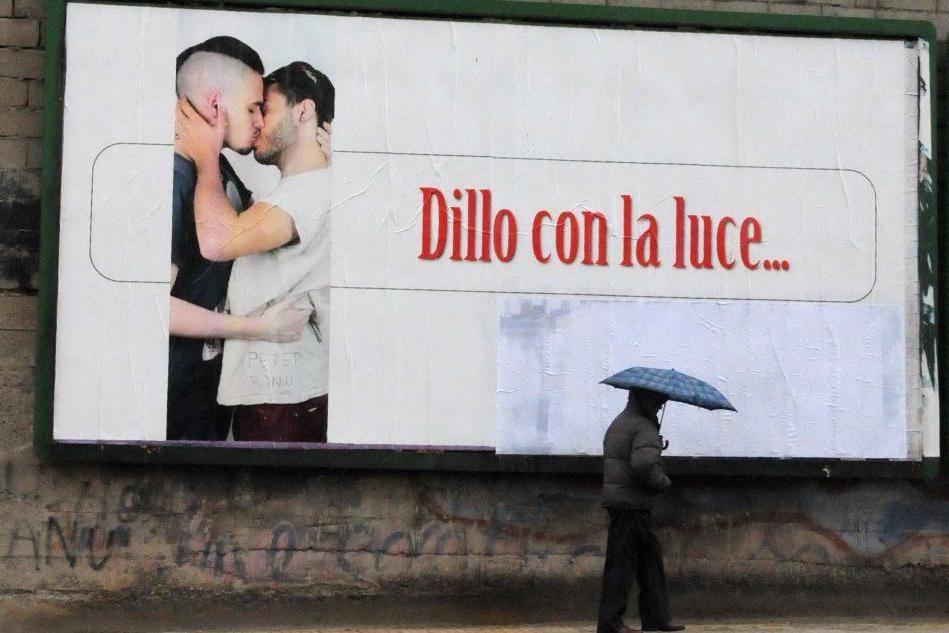 Il cartellone a Nuoro (foto Massimo Locci, tratta da L'Unione Sarda)