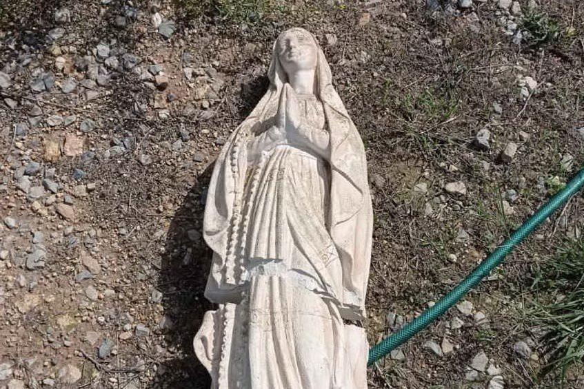 La statua danneggiata (foto Pala)