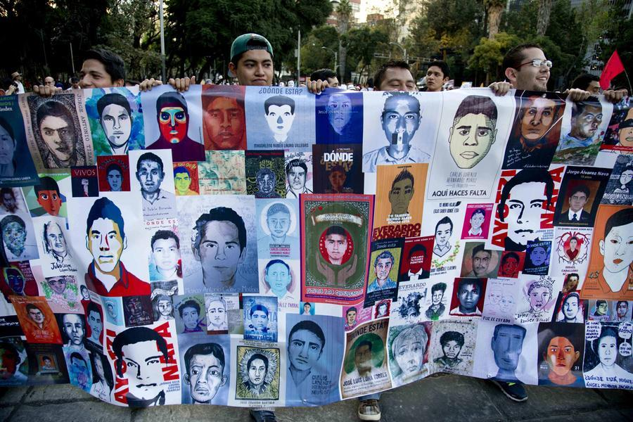 Messico, protesta di massa per gli studenti scomparsi (foto AP)