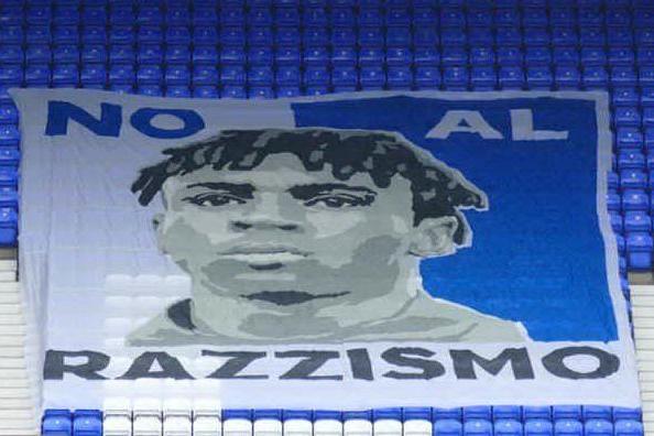"""""""No al razzismo"""", lo striscione dell'Everton con il volto di Kean"""