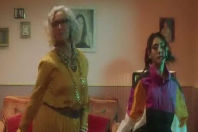 """Luna Melis fa ballare tutti con """"Nonna"""""""