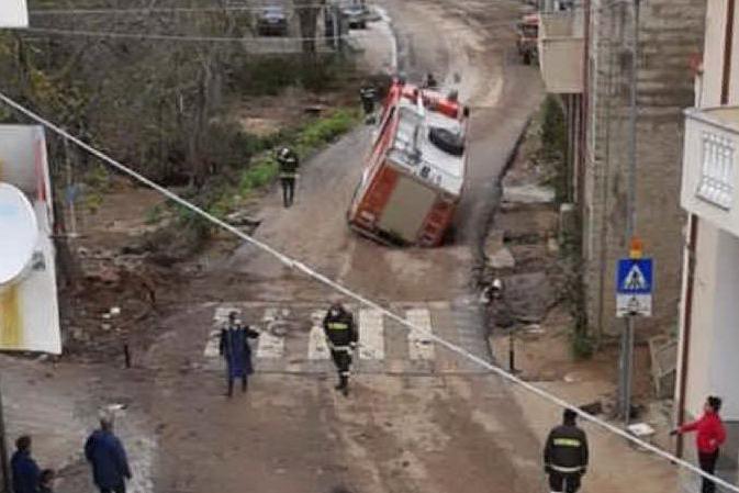 Paura a Bitti, camion dei vigili del fuoco finisce in una buca