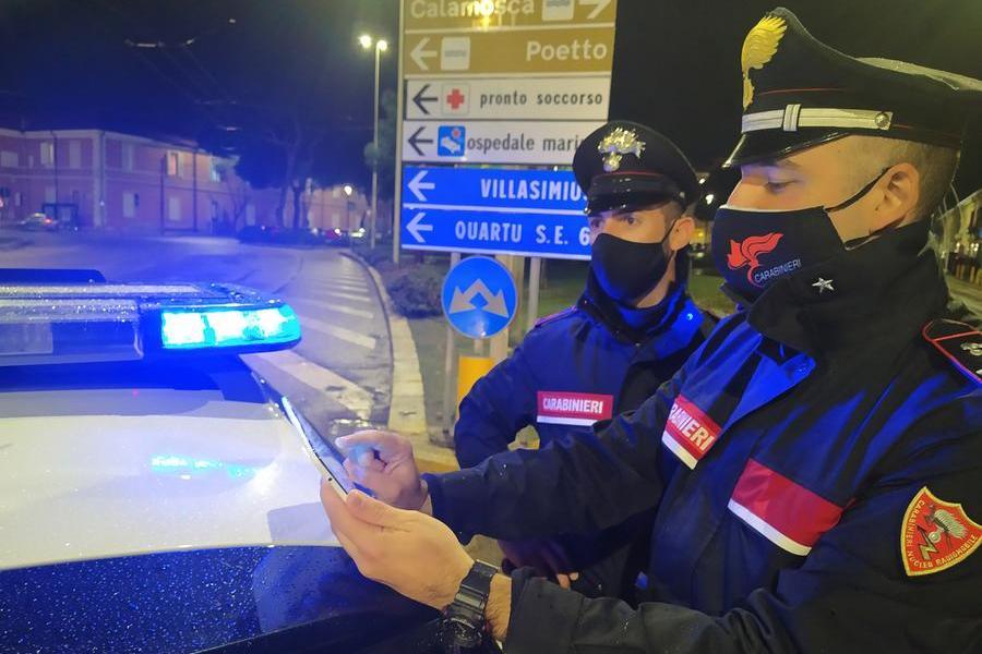 """""""Mi fai fare una telefonata urgente?"""", escappa col cellulare: rapina a Cagliari"""