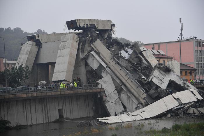 Il viadotto Polcevera collassa mentre diverse auto lo stanno percorrendo