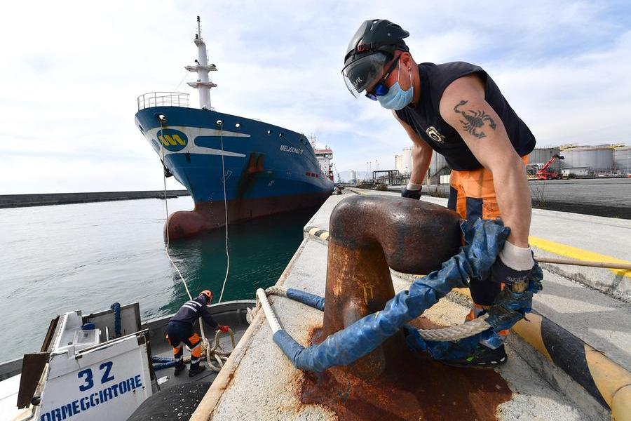Un ormeggiatore del porto di Genova (Ansa - Zennaro)