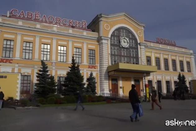 Covid, a Mosca squadre d'emergenza disinfettano le stazioni