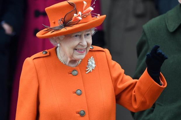 """""""Non mi sento vecchia"""", la Regina Elisabetta rifiuta il premio di anziana dell'anno"""