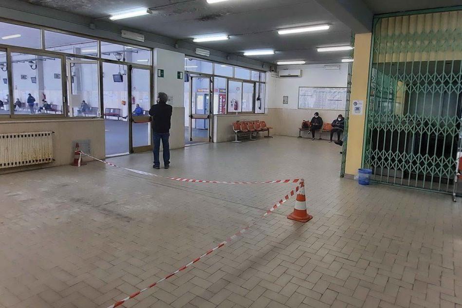 Oristano, piove nella stazione Arst: dopo Pasqua i lavori