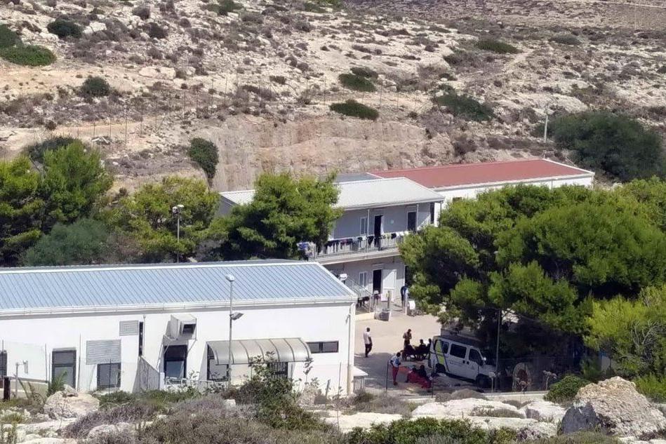 Protesta a Lampedusa durante lo sbarco dei migranti